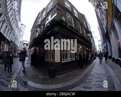 Des Buveurs de midi se tenant devant le pub de Londres Ye Olde Watling City of London Banque D'Images