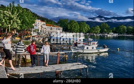 Thassos Island, Grèce, Europe, 4 enfants jouent sur un pont de pied du petit port de pêche de Limenas, Thassos est une île grecque dans le nord de la mer Égée, près de la côte de Thrace. C'est l'île la plus au nord de la Grèce, et la 12ème plus grande par région. Thassos est aussi le nom de la plus grande ville de l'île, plus connue sous le nom de Limenas, capitale de Thassos, située au nord, en face du continent.