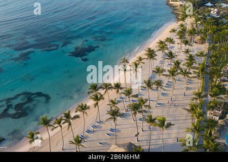 Vue aérienne sur la magnifique plage de sable blanc de Punta Cana, République dominicaine