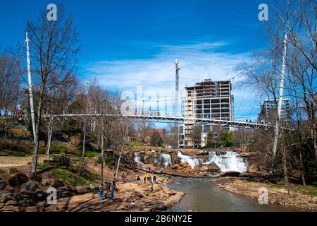 Vue sur Falls Park sur The Reedy avec son pont suspendu et sa chute d'eau à Greenville, en Caroline du Sud Banque D'Images
