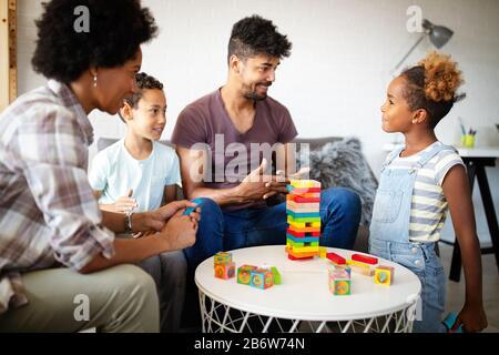 Jeu de famille noire heureux ensemble à la maison