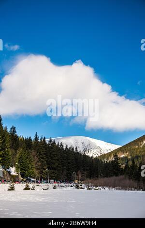 Vue sur un sentier de randonnée qui mène à un sommet de la montagne Snezka, la plus haute montagne tchèque en hiver. Situé sur une frontière avec la Pologne. Hiver