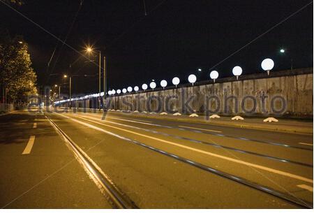 Le mur de Berlin avec une installation légère appelée Lichtgrenze sur Bernauer Strasse au cours du 25ème anniversaire de la chute du mur. Banque D'Images