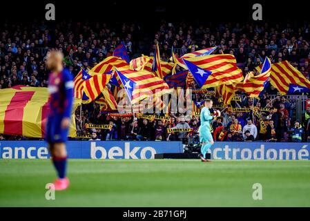 Barcelone - MAR 7: Supporters avec drapeaux de Catalogne au match de la Liga entre FC Barcelone et Real Sociedad de Futbol au Camp Nou Stadium sur Ma Banque D'Images
