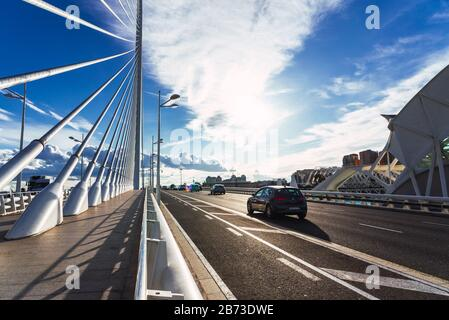 Valencia, Espagne - 5 mars 2020: Détail du pont le plus haut à passage par câble à Valence, construit en acier et à travers lequel voitures, piétons et vélos
