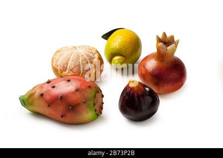 Massepain fruits sur un fond blanc Banque D'Images