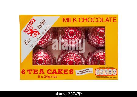 Boîte de chocolat au lait Tunnocks 6 gâteaux de thé isolés sur fond blanc Banque D'Images