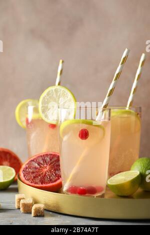 Pots en verre avec limonade et ingrédients sur fond brun. Boisson fraîche Banque D'Images