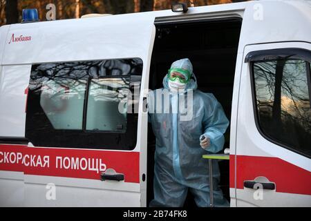 Minsk, Biélorussie. 13 mars 2020. Minsk, BIÉLORUSSIE - 13 MARS 2020: Une ambulance en dehors du dortoir no 3 de l'Université d'État biélorusse; un étudiant qui s'est rendu en Italie, et ces 91 personnes en contact avec lui, ont été mis en quarantaine. Mikhaïl Semyonov/TASS crédit: ITAR-TASS News Agency/Alay Live News Banque D'Images