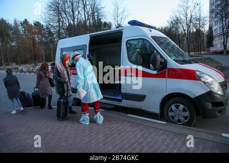 Minsk, Biélorussie. 13 mars 2020. Minsk, BIÉLORUSSIE - 13 MARS 2020: Les étudiants se mettent en ambulance en dehors du dortoir no 3 de l'Université d'État biélorusse; un étudiant qui s'est rendu en Italie, et ces 91 personnes en contact avec lui, ont été mis en quarantaine. Natalia Fedosenko/TASS crédit: ITAR-TASS News Agency/Alay Live News Banque D'Images