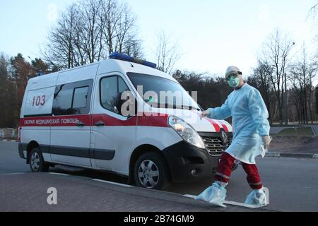 Minsk, Biélorussie. 13 mars 2020. Minsk, BIÉLORUSSIE - 13 MARS 2020: Une ambulance en dehors du dortoir no 3 de l'Université d'État biélorusse; un étudiant qui s'est rendu en Italie, et ces 91 personnes en contact avec lui, ont été mis en quarantaine. Natalia Fedosenko/TASS crédit: ITAR-TASS News Agency/Alay Live News Banque D'Images