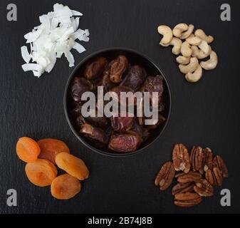 Photo studio de fruits secs et de noix, y compris noix de coco, noix de cajou, dattes, abricots et pacanes Banque D'Images