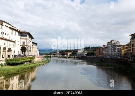 Rues avec maisons anciennes colorées et ponts au milieu de Florence