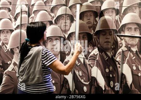 Une femme se tient devant une photo avec des soldats de la NVA au Musée DDR, le 11.06.2019. Le Musée DDR montre dans son exposition permanente la vie et la culture quotidienne du RDA. Cette année, le 9 novembre 2019, la chute du mur de Berlin marquera le 30ème anniversaire de sa chute. [traduction automatique] Banque D'Images