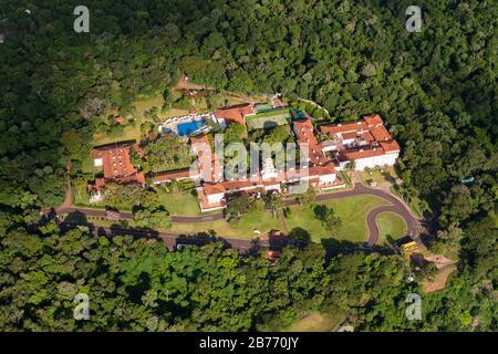 Vue aérienne de Belmond Hotel das Cataratas propriété de luxe dans le parc national d'Iguazu, Brésil et entouré de forêt tropicale en Amérique du Sud. Banque D'Images