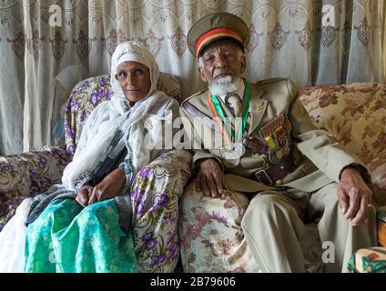 Vétéran de la guerre italo-éthiopienne en uniforme avec son épouse, région d'Addis-Abeba, Addis-Abeba, Ethiopie