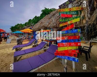 BARU, CARTAGENA, COLOMBIE - 09 NOVEMBRE 2019: Panneau et vue sur la plage paradisiaque avec des touristes de Playa Blanca sur l'île Baru. Banque D'Images