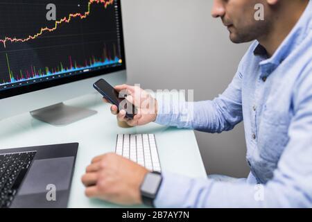 Les stocks commerciaux d'affaires en ligne. Les courtiers en regardant des graphiques, des index et des chiffres sur plusieurs écrans d'ordinateur. Collègues de discussion en trad Banque D'Images