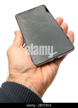 Main tenant Huawei Mate 9 smartphone coupé sur un fond blanc Banque D'Images
