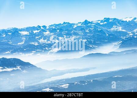 Panorama aérien alpin unique. Blue Planet Earth vue aérienne de haute altitude sur les lacs des Alpes suisses, vue depuis une cabine d'avion qui survole Zurich
