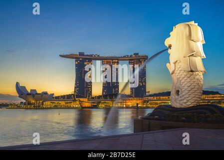 Singapour, singapour - 6 février 2020: Horizon de singapour avec merlion et sable la nuit