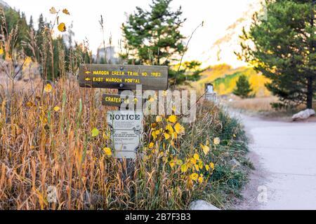 Aspen, États-Unis - 3 octobre 2019: Lac de Maroon Bells dans le Colorado matin d'automne et panneau d'avis à la tête de trailhead et au sentier Banque D'Images