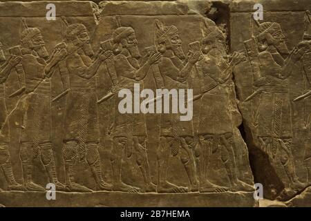 Armée assyrienne lors de la campagne du roi Ashurbanipal contre Élam, représentée dans le relief assyrien du Palais Ashurbanipal du roi à Nineveh en date de 645 av. J.-C. au Musée du Louvre à Paris, France. Banque D'Images