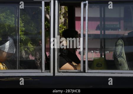 Une femme porte un masque facial dans un autobus à Panama City, Panama, 16 mars 2020. Les autorités panaméennes ont interdit aux étrangers d'entrer dans le pays, ont coupé la liaison aérienne avec l'Europe et l'Asie, et ont ordonné la fermeture de magasins à l'échelle nationale dans un renforcement des mesures visant à freiner le coronavirus, qui laisse déjà un mort et 54 autres cas confirmés de contagion. EFE/Carlos Lemos Banque D'Images