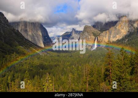 Un arc-en-ciel s'étend sur la vallée de Yosemite et Bridalveil coule l'arrière-plan pris dans la vue du tunnel