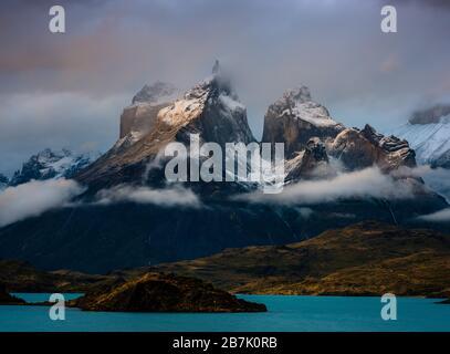 PARC NATIONAL TORRES DEL PAINE, CHILI - VERS FÉVRIER 2019 : coucher de soleil sur la chaîne de montagnes Paine et lac Pehoe dans le parc national Torres del Paine, ch Banque D'Images