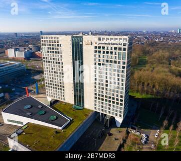 Le bâtiment provincial (Provinciehuis)d'Utrecht, Pays-Bas, de l'air avec la ville d'Utrecht en arrière-plan