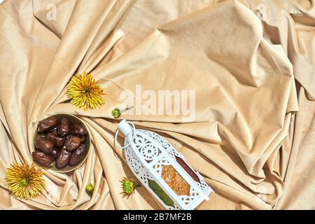 Vue de dessus de la nourriture de l'iftar du ramadan avec lanterne arabe traditionnelle. Espace de copie Banque D'Images