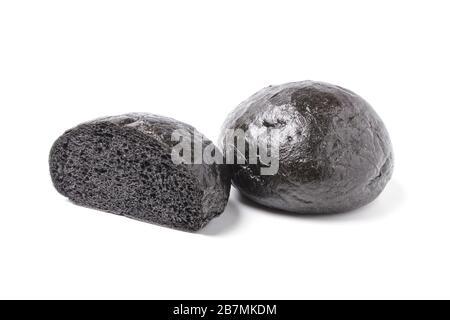 Petits pains noirs isolés sur fond blanc Banque D'Images