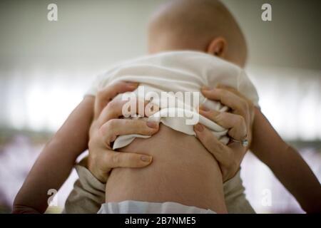 Lever le jeune bébé. Banque D'Images