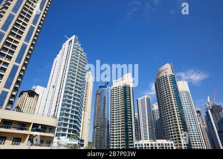Gratte-ciel Dubai Marina, vue à bas angle dans une journée ensoleillée, ciel bleu clair à Dubaï Banque D'Images