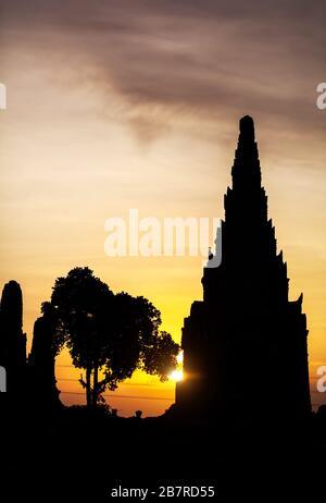 Silhouette d'anciennes ruines de Wat Chaiwatthanaram au coucher du soleil à Ayutthaya, Thaïlande Banque D'Images