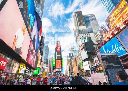New York City/USA - 24 mai 2019 Times Square, l'une des attractions touristiques les plus visitées au monde. Rue bondée, éclairée par des panneaux d'affichage et des annonces