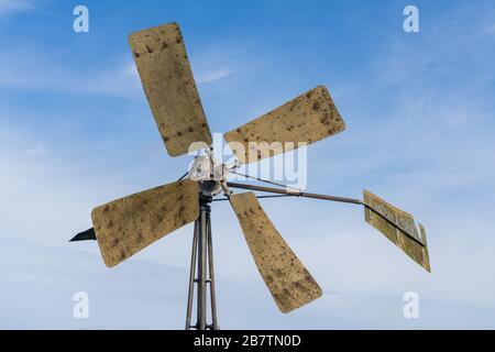Ancien moulin à vent avec lames rouillées Banque D'Images