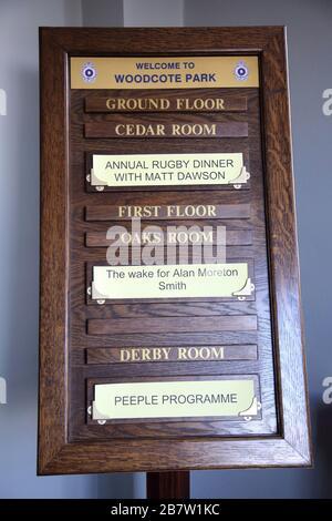 Wood Noticeboard for Function Rooms - dîner de rugby à l'année et réveil au Woodcote Park RAC Surrey England Banque D'Images