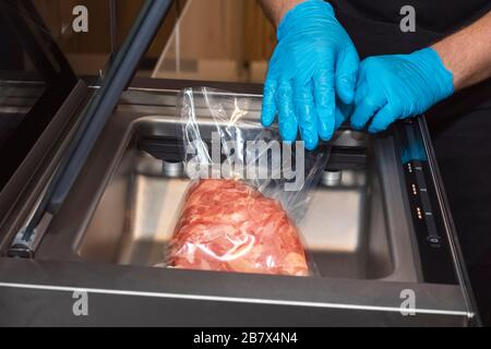 Viande fraîche dans un emballage sous vide. Passer l'aspirateur de viande dans un vide Banque D'Images