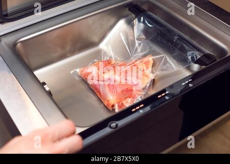 faire cuire la viande dans un emballage sous vide. Passer l'aspirateur de viande dans un vide Banque D'Images