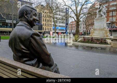 Londres, Royaume-Uni, 18 mars 2020. Une statue de personnage de cinéma populaire, M. Bean, est assise seule sur Leicester Square, une région normalement occupée par les visiteurs de la capitale. Banque D'Images