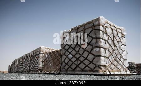 Les palettes de rations sont assises dans la zone de chargement du 386ème Escadron de préparation logistique expéditionnaire de la base aérienne Ali Al Salem, Koweït, 15 mars 2020. L'équipe de traitement du fret du 386ème ELRS s'assure que 15 à 30 mille livres d'eau, de nourriture et de repas prêts à manger (MRE) sont livrés dans toute la zone de responsabilité aux militaires dans le besoin. (ÉTATS-UNIS Photo de la Force aérienne par l'Airman principal Kevin Tanenbaum) Banque D'Images