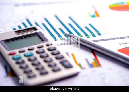 Sur la calculatrice graphique et tableau papier feuille de calcul. Financer le développement, compte bancaire, les statistiques, l'investissement en recherche analytique de l'économie, ex stock de données