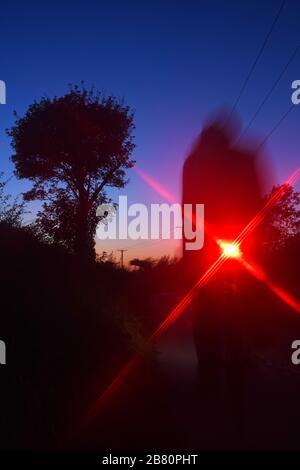 cycliste longeant la route de campagne au crépuscule york yorkshire royaume-uni Banque D'Images