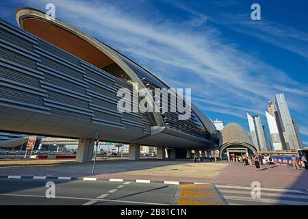 Vue sur la nouvelle station de métro de Dubaï avec gratte-ciel Banque D'Images