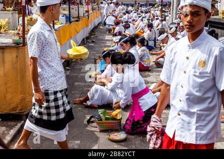 Des hindous balinais priant pendant la cérémonie Batara Turun Kabeh, Temple de Besakih, Bali, Indonésie.