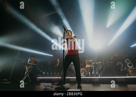 BARCELONE - 9 MARS : Louis Tomlinson (chanteur d'un groupe de direction) se produit en concert à la scène Razzmatazz le 9 mars 2020 à Barcelone, en Espagne. Banque D'Images