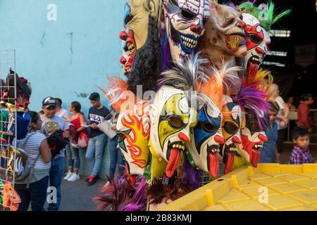 Oaxaca de Juárez, Oaxaca, Mexique - Lucha libre masques en vente avant un match. Banque D'Images