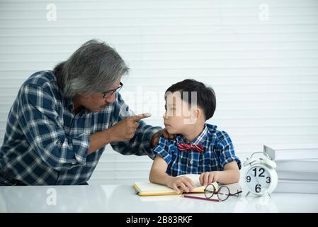 Concept de famille, Père enseigne les devoirs, fils Banque D'Images